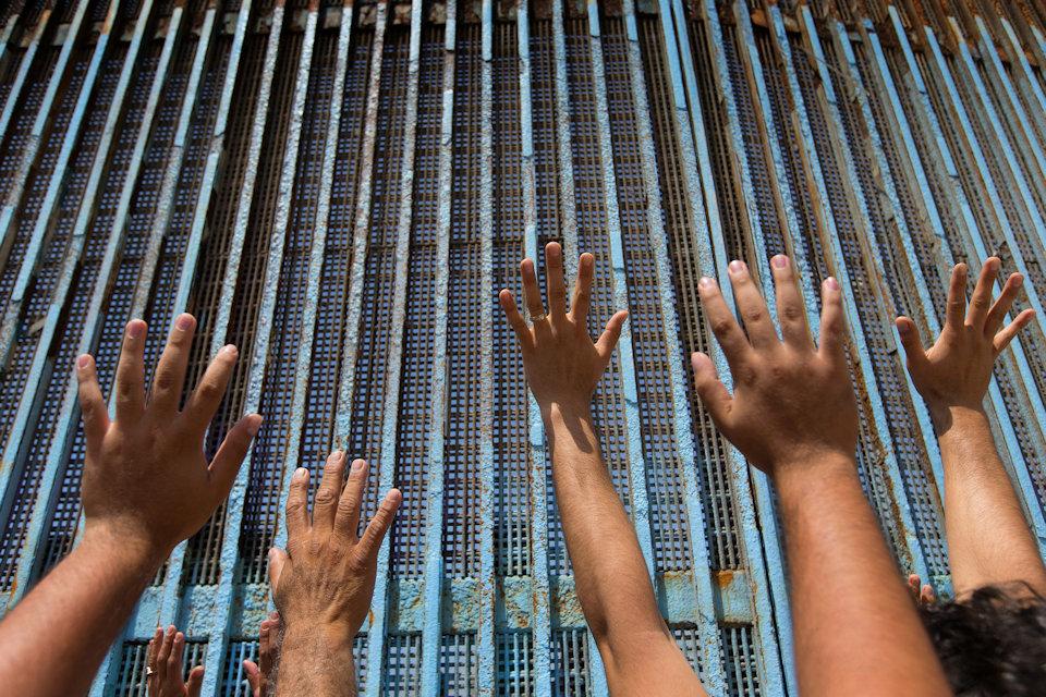 Worshipping at border between US and Mexico
