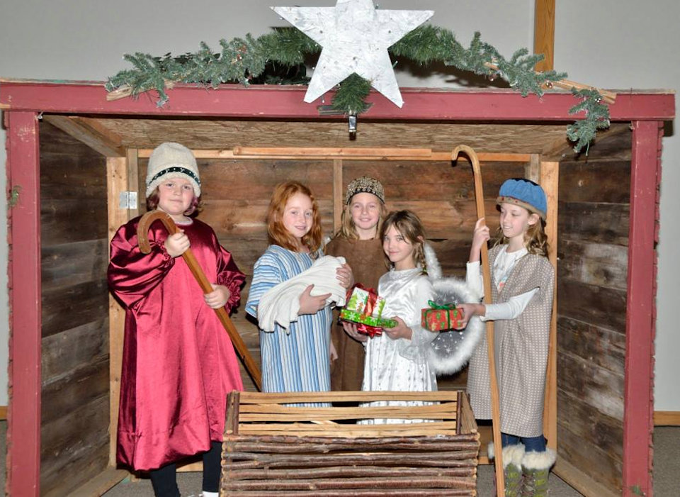 Children prograying the birth of Jesus