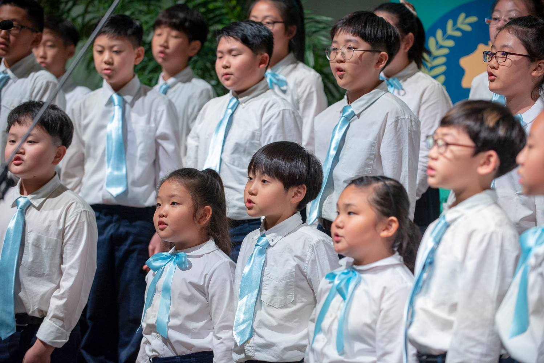 Korean Children's Choir sings at Roundtable