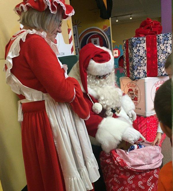 Deaf Santa and Mrs. meet children in Flint