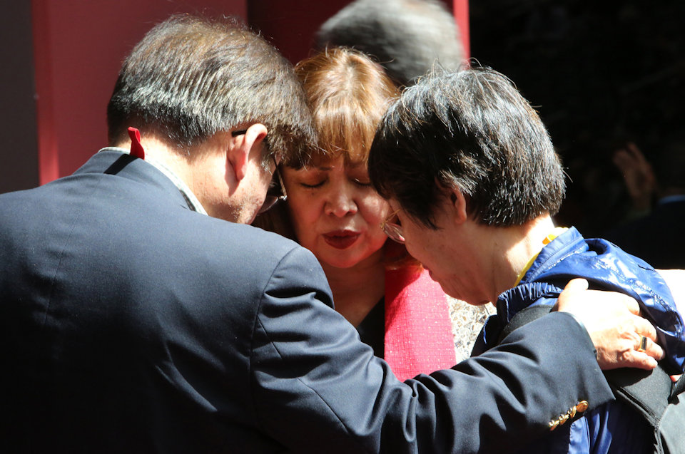 Persons attending 2016 General Conference pray together.