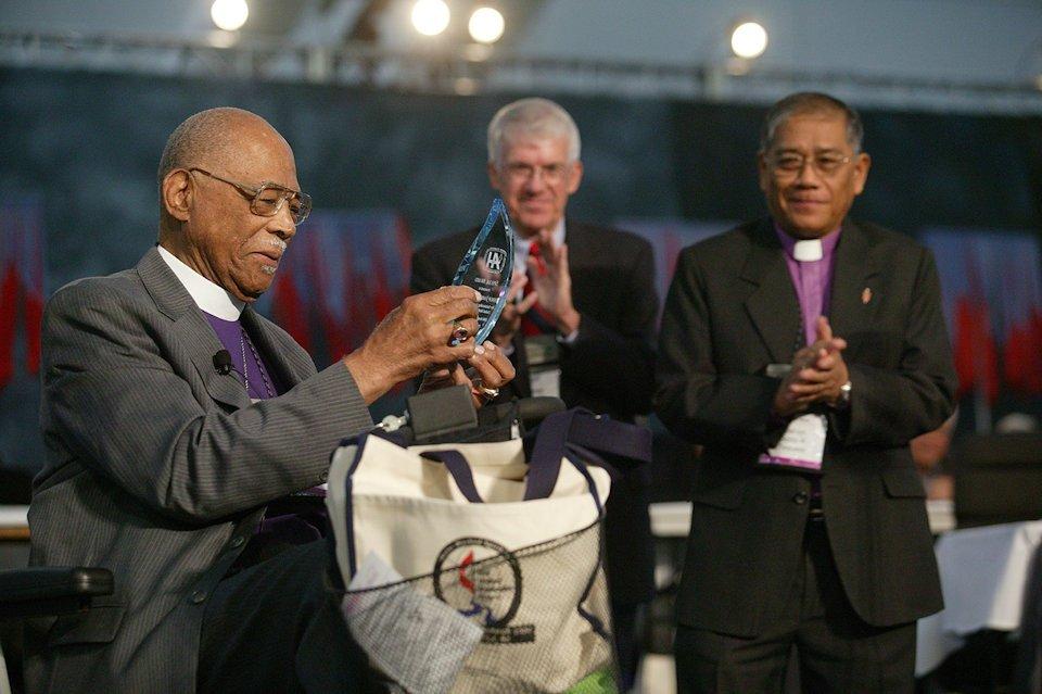 Bishop James Thomas receives award