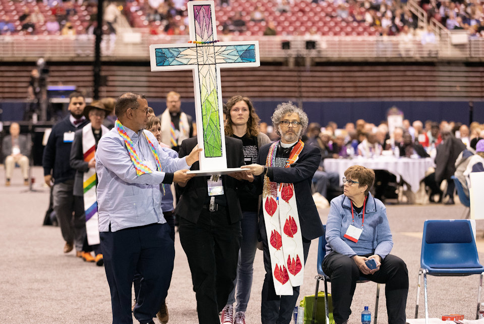 Delegates carry cross in protest